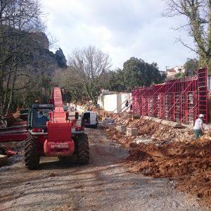 La construction des murs sur le chantier du futur parking Pont d'Arc Belvédère