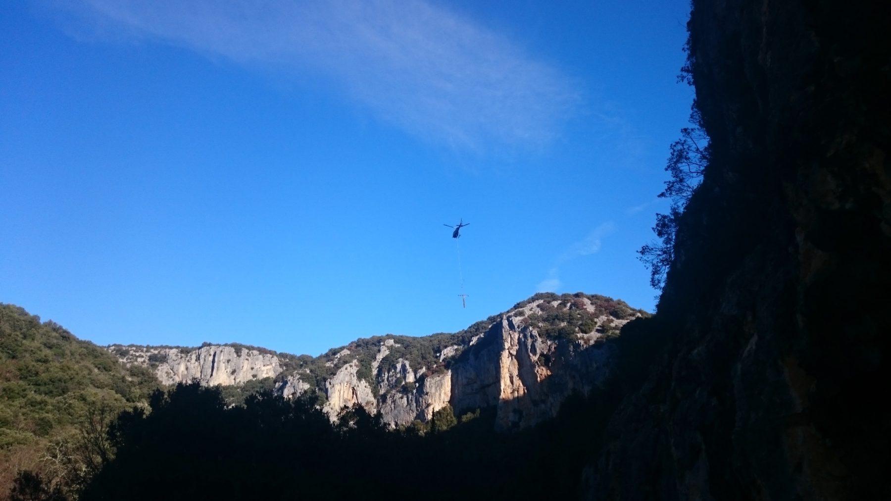 enlèvement des derniers poteaux par hélicoptère