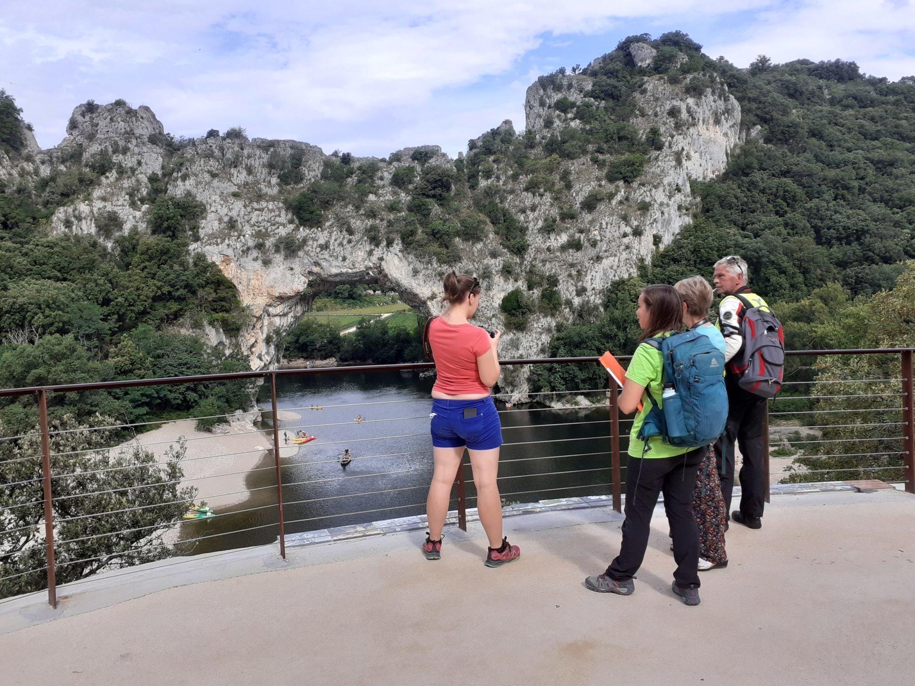 Des écogardes sensibilisent les visiteurs dans les gorges de l'Ardèche